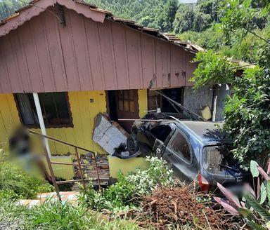 Carro colide contra residência em Treze Tílias