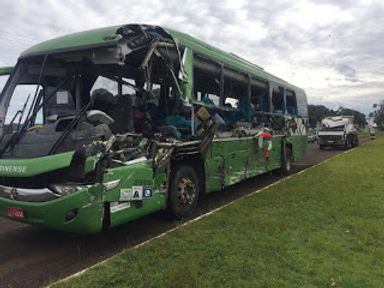 Lateral do ônibus ficou destruída. (Foto: Michelli Arenza/RPC)