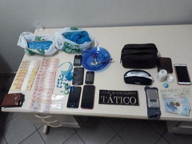 A droga, dinheiro e objetos apreendidos pelo PPT