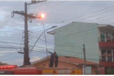 Bombeiro leva choque ao tentar retirar pássaro da rede elétrica em Capinzal