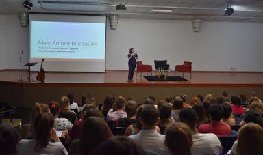 Professora Fernanda Maurer D'Agostini durante sua palestra