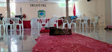 Aos pés do altar quem precisa encontra um local para descansar e se abrigar do frio. (Fotos - Portal Éder Luiz)