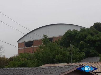 Vendaval derruba paredes de ginásio esportivo em Capinzal