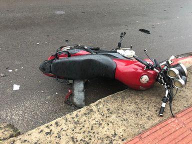 Motorista passa por cima de moto e foge em Herval