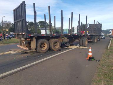 Motociclista morre esmagado por caminhão na BR 282