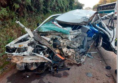 Jovem de 20 anos morre em colisão de carro e ônibus na BR 282