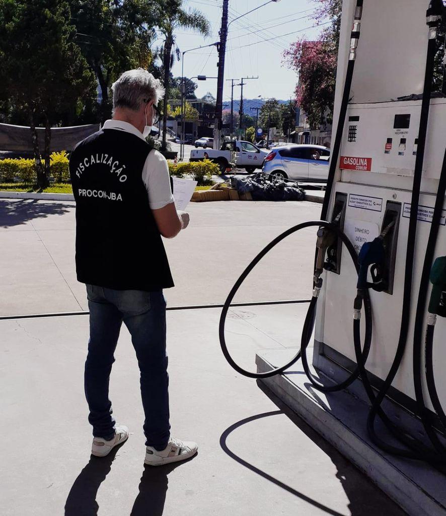 Procon  de Joaçaba encaminha notificação aos postos de combustíveis para que repassem as reduções anunciadas pela petrobras.