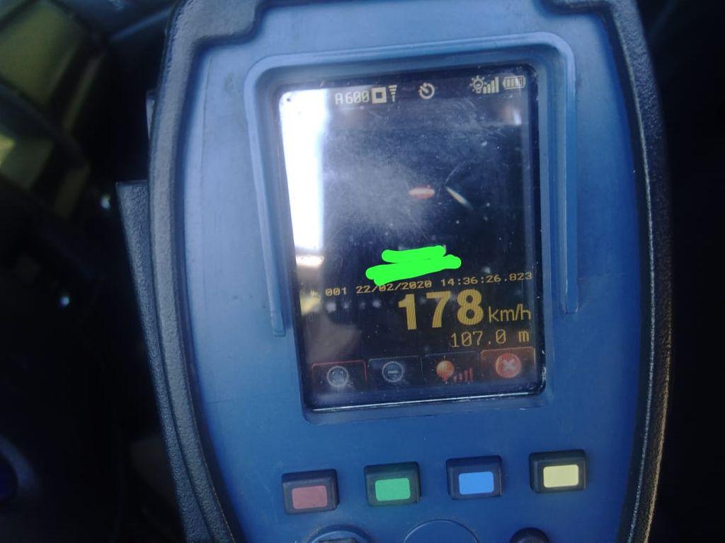 Moto é flagrada a 178km/h