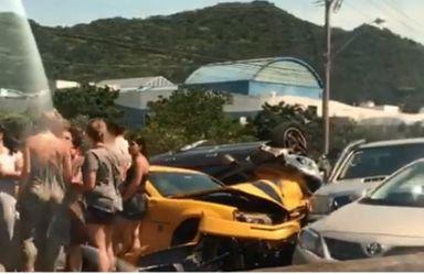 Camaro amarelo bate e gera acidente com vários veículos em Florianópolis