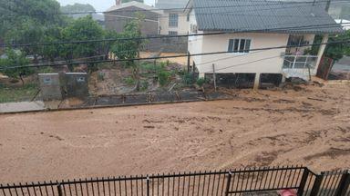 Enxurrada causa alagamentos e transtornos a moradores em Joaçaba