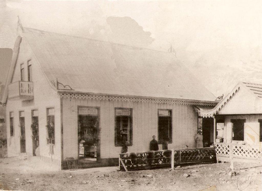 Primeiro estabelecimento da então Casa Vitória, aonde hoje encontramos o Edifício Achilles Pedrini – Foto 1921