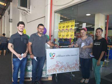 """""""Movimento Abrace"""" realiza ação solidária e arrecada cerca de 500 kg de alimentos"""