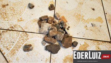 Pedras que atingiram as casas e foram recolhidas pelos moradores