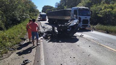 Carro fica destruído e uma pessoa morre em acidente na BR-282