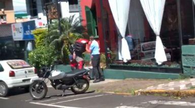 Vídeo mostra briga entre funcionária do Estacionamento Rotativo e motociclista em Joaçaba