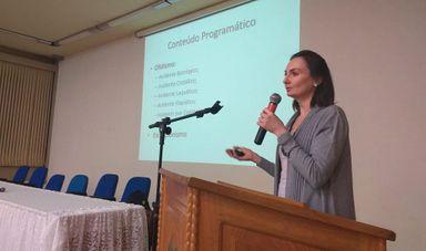A Professora Jaqueline F. Weber do Centro de Assistência Toxicológica de Santa Catarina