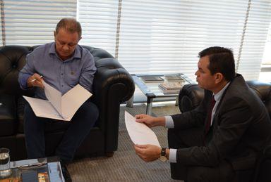Joares Ponticelli (presidente da FECAM) e Adircélio de Moraes Ferreira Júnior (presidente TCE/SC) Foto: Divulgação