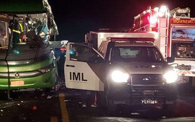 Colisão entre ônibus que saiu de SC e caminhão deixa cinco mortos no Paraná