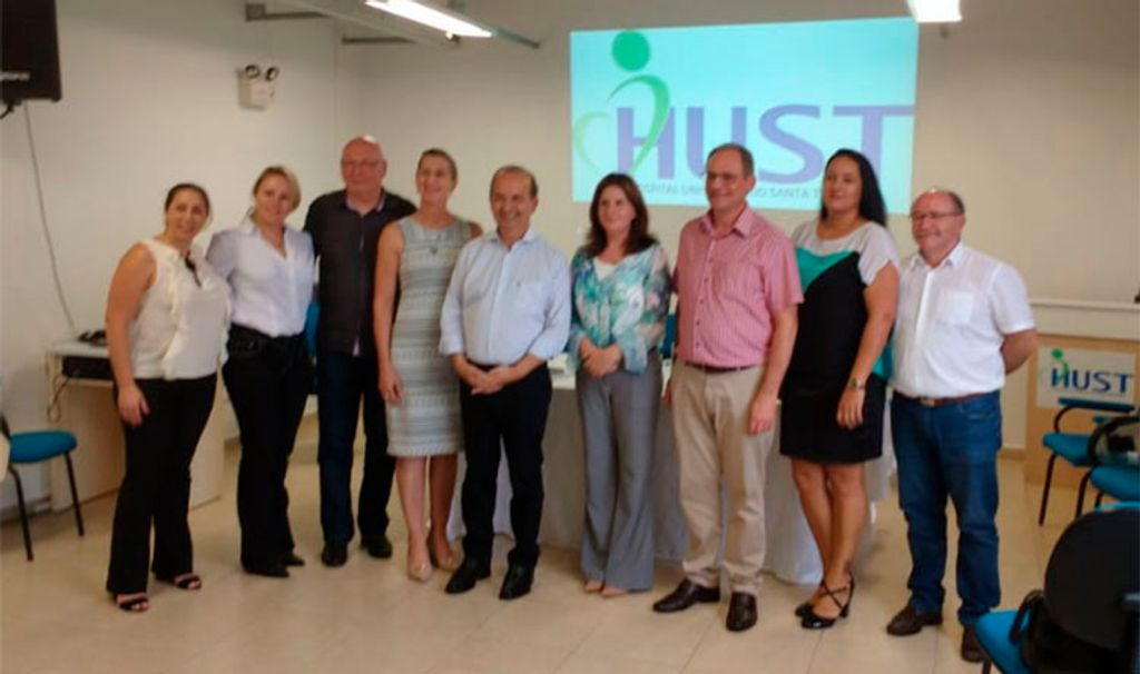 Alguns dos representantes políticos, do Hospital, Unoesc e da empresa Varian presentes na reunião