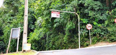 Prefeitura instala portal para evitar tráfego de caminhões na Rua Augusto Arbugeri