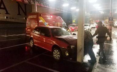 Motorista bate carro contra poste em Joaçaba