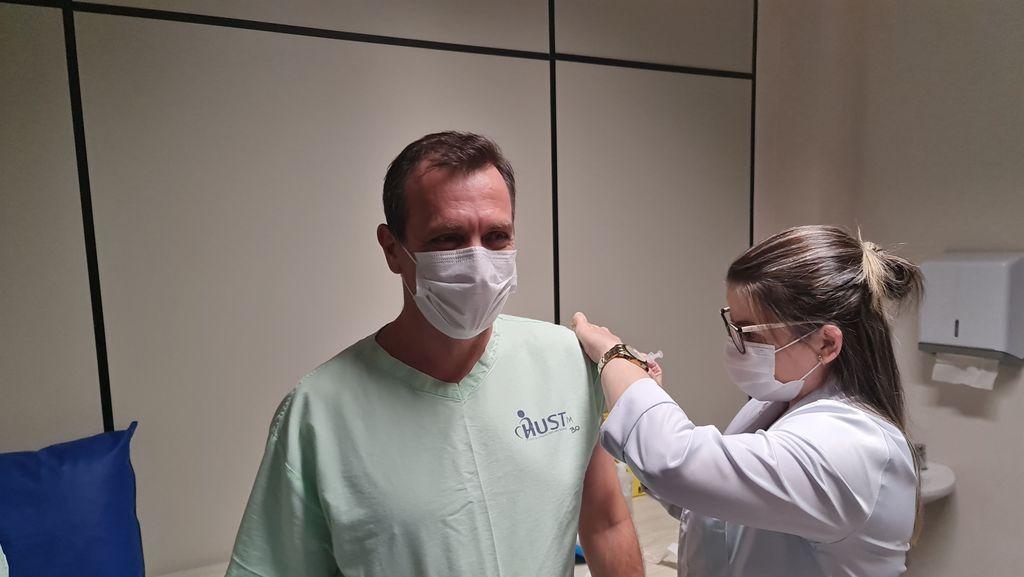 O Dr. João Rogério Nunes foi o primeiro a receber a vacina