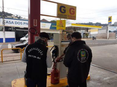 Procon Joaçaba realiza fiscalização nos postos de combustíveis