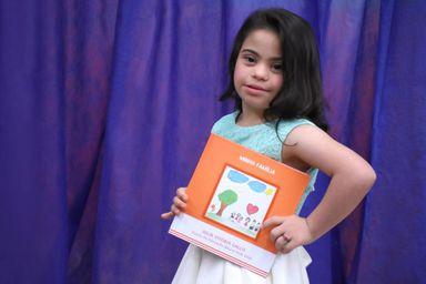 Menina de seis anos com Síndrome de Down lança seu primeiro livro