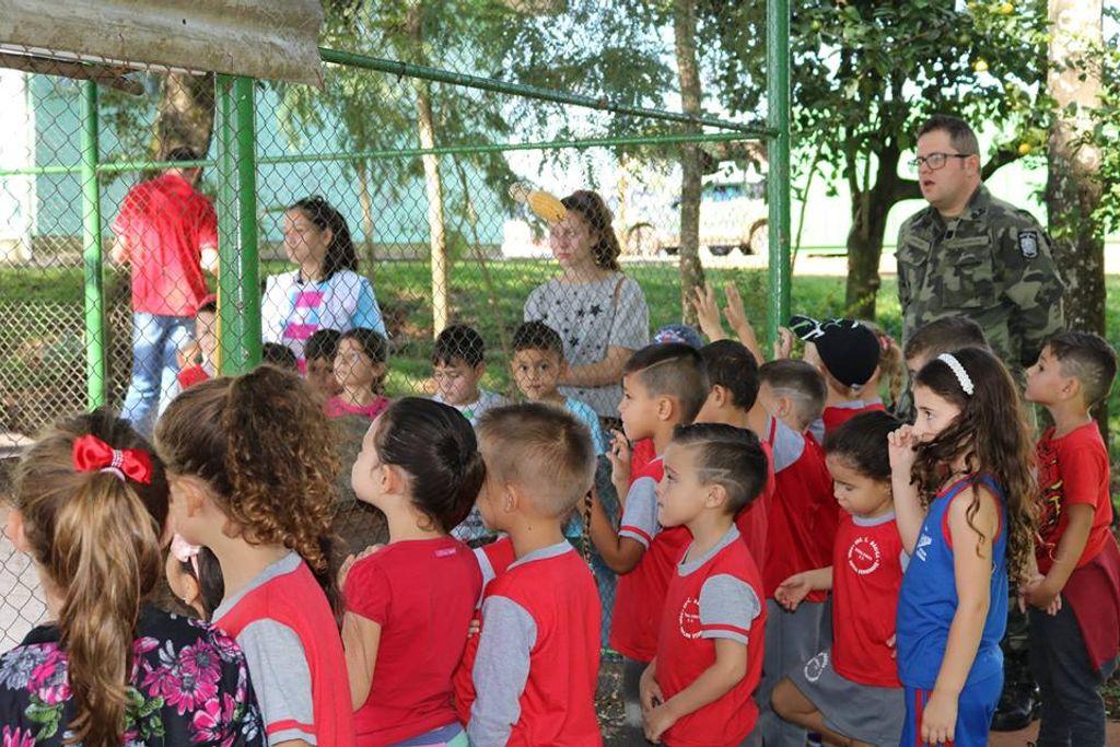 Crianças conhecendo o espaço do quartel