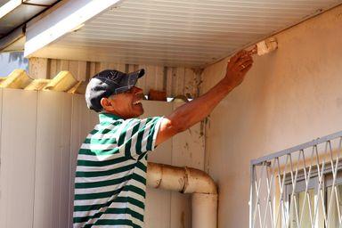 Seu Oliveira, pintor há 20 anos, é um dos voluntários da ação. (Fotos: Portal Éder Luiz)