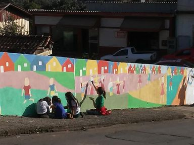 """Muros de Herval d' Oeste ganham colorido especial por  meio do projeto """"Brincadeiras de Criança"""""""