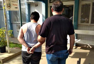 Homem foi preso e levado à delegacia