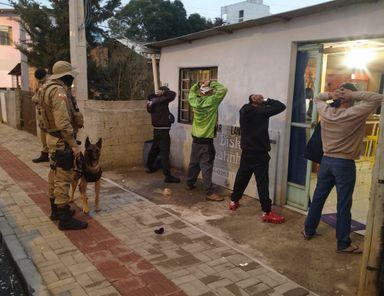 Cinco pessoas são presas e armas e drogas apreendidas na operação para conter a violência em Campos Novos