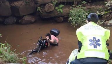 Motociclista cai com moto em rio no Oeste