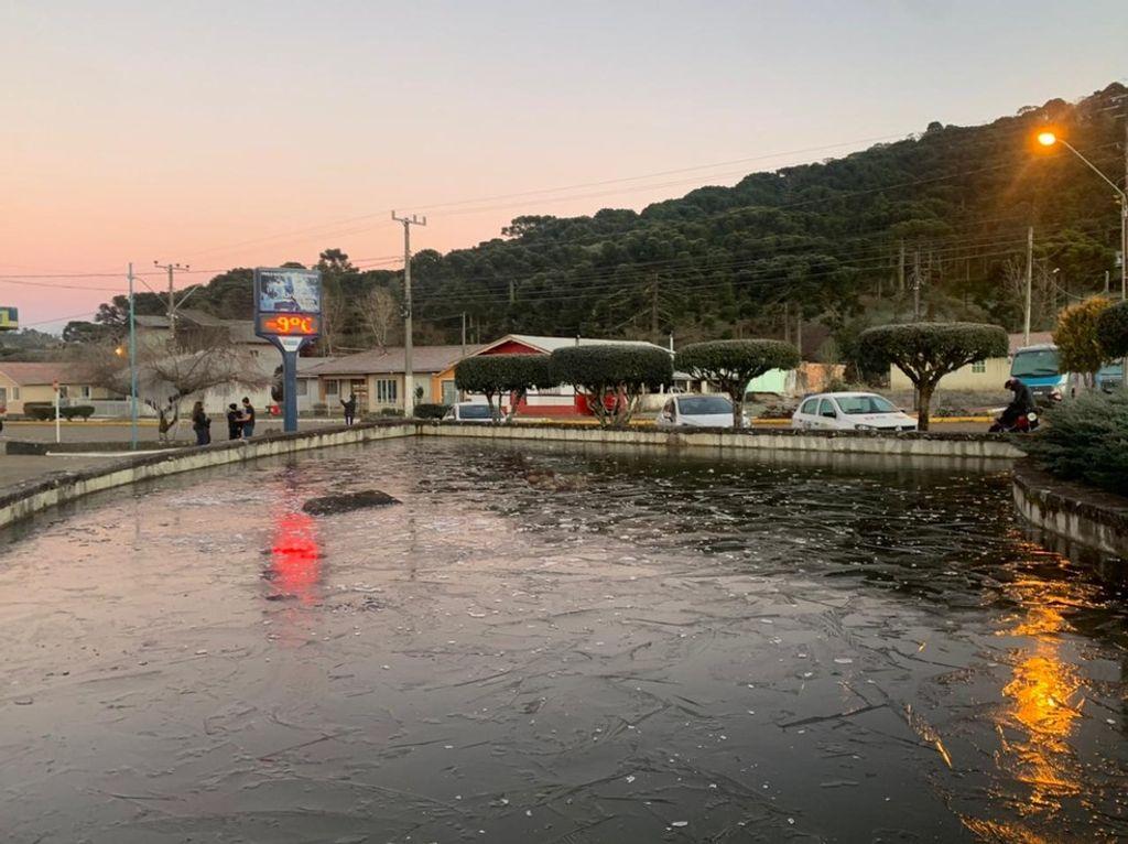 Lago na praça de Urupema, na Serra, congela por conta do frio nesta sexta-feira (30)