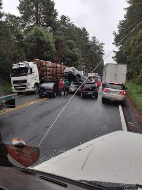 Caminhonete vai parar em cima de outro veículo após acidente na BR 470